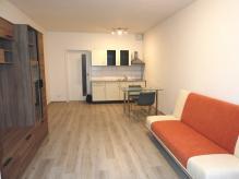 Pronájem částečně vybaveného bytu 1+kk s balkonem a vnitřním parkovacím stáním v zakladači - HK - MP