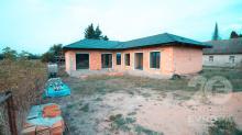 Hrubá stavba před dokončením v obci Stará Skřeněř
